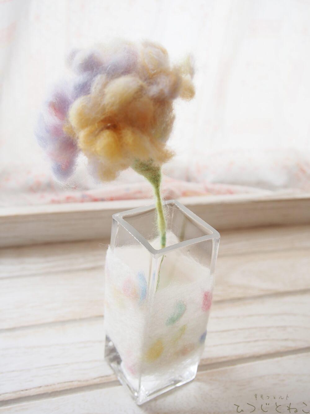 羊毛のお花と花瓶